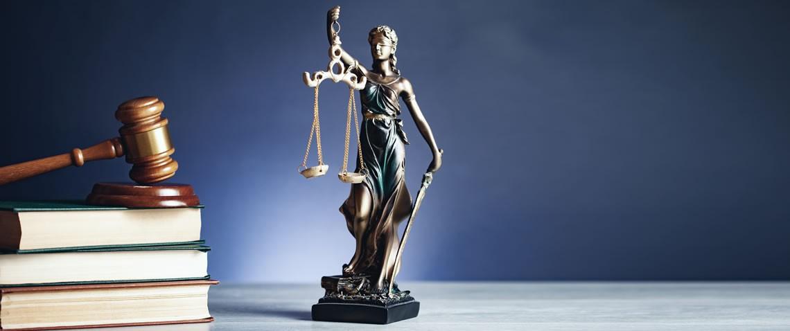 Doamna justiție cu ciocanul pe carte