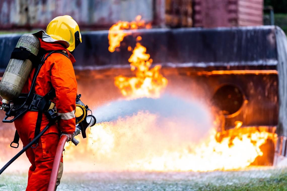 Pompier stinge focul